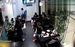 2 bà mẹ đánh nhau loạn xạ trong nhà hàng vì bé gái gây ồn