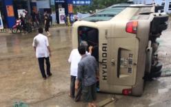 Tin tai nạn giao thông mới nhất ngày 25/5: Xe du lịch bị lật, hơn 10 người thoát chết