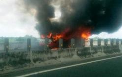 Xe khách 50 chỗ bốc cháy trên cao tốc Trung Lương