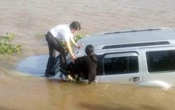 Ô tô tông tử vong nhân viên phà rồi trôi xuống sông