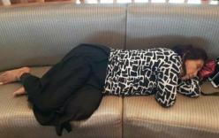 Nữ bộ trưởng ngủ vội trên ghế sân bay gây sốt mạng xã hội