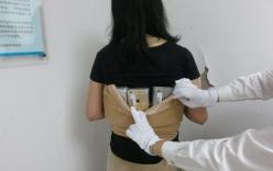 Một phụ nữ bị bắt vì buôn lậu hơn 100 chiếc iPhone và đồng hồ Tissot bằng cách quấn quanh cơ thể