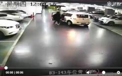 Video: Người phụ nữ bất ngờ bị cửa ô tô gạt ngã, lọt vào gầm xe