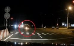 Vượt đèn đỏ tốc độ cao, xe máy bốc cháy sau cú va chạm kinh hoàng