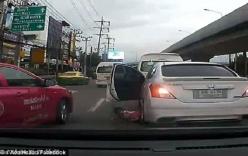 Clip bé gái rơi ra khỏi chiếc xe đang di chuyển