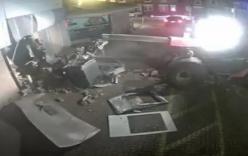 Clip: Nhóm trộm dùng máy xúc đâm nát tường, bê cả máy ATM mang đi