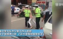 Chàng cảnh sát trẻ bị cô gái lạ cưỡng hôn khi đang làm nhiệm vụ