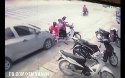 3 mẹ con đi xe máy bị ô tô chạy ẩu tông ngã văng xuống đường