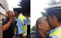 Bị bắt vì vi phạm giao thông, người đàn ông lao vào