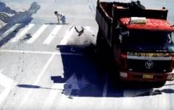 Pha thoát chết trong gang tấc, xe máy bị ôtô tải nghiền nát