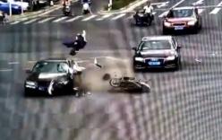 Mẹ bê bết máu quỳ gối gọi tên con gái sau tai nạn giao thông kinh hoàng