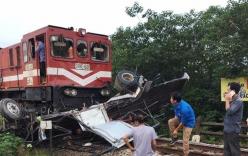Cố băng qua đường sắt, xe tải nát bét dưới bánh tàu hỏa