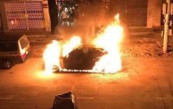 Xe sang Mercedes nghi bị đốt, cháy rụi trong đêm