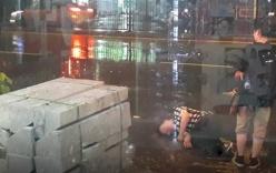 Bất chấp mưa bão chàng trai vẫn nằm lăn ra đường, biết ra nguyên nhân, ai cũng té ngửa