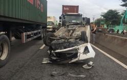 Cặp vợ chồng hoảng loạn kêu cứu vì mắc kẹt trong ôtô bị container húc lật ngửa