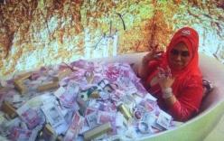 Nữ đại gia nằm giữa bồn tắm chất đầy tiền và trang sức