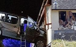Ôtô đâm vào nhà tắm, mẹ thoát chết nhờ tiếng khóc của con