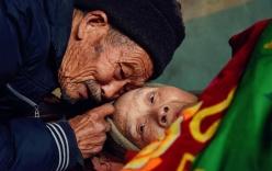 Chỉ vì một câu hứa, cụ ông dành hơn nửa cuộc đời mình chăm vợ bị bại liệt