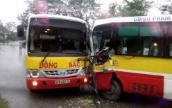 2 xe buýt đối đầu nhau kinh hoàng, tài xế mắc kẹt trong cabin