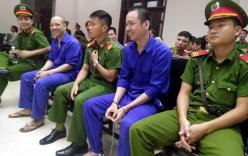 Tử tù trốn trại Nguyễn Văn Tình tươi cười vẫy chào đồng phạm ở tòa