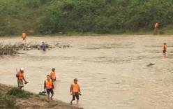 Hàng trăm người ngâm mình trong nước lũ tìm cháu bé 4 tuổi mất tích