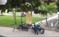 Đỗ sai quy định, 3 xe máy khóa cổ bị dân phòng dùng xe đạp \