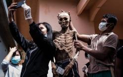 Ăn chung mâm, ngủ chung nhà với thi thể suốt cả năm trời: Những tập tục rùng rợn nhất ở Indonesia