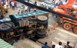 Xe tải chở đất lật nghiêng đè chết người đàn ông bán vé số