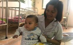 Bé trai bị mẹ bỏ rơi ở nhà nghỉ được nữ công an cho bú: