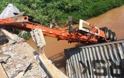 Container lao thẳng xuống sông, tài xế tử nạn trong cabin bẹp dúm
