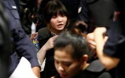 Đoàn Thị Hương ngồi xe lăn bị dẫn giải ra sân bay tái hiện lại vụ án