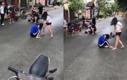 Nữ thiếu niên cầm mũ bảo hiểm đập tới tấp vào đầu bạn ngay giữa đường