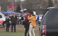 Con gái Obama hút thuốc, hôn bạn trai giữa chốn đông người