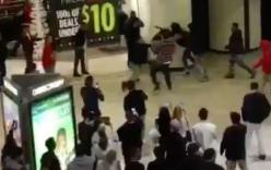 Tranh nhau đồ giảm giá hội anh trai lao vào đánh nhau giữa trung tâm thương mại