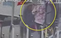 Tên cướp giật điện thoại xong chạy nhầm vào đồn cảnh sát vì chưa thuộc đường