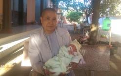 Phát hiện bé sơ sinh còn nguyên dây rốn bị bỏ rơi trước cổng chùa