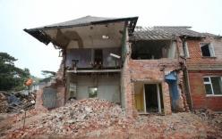 """Nhận lệnh phá dỡ ngôi nhà cũ, người đàn ông không ngờ """"trúng độc đắc"""" khi phát hiện bí mật sau bức tường gạch"""