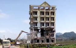 Máy xúc suýt thành sắt vụn khi phá dỡ lâu đài của trùm ma túy Tàng