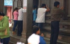 Mồng 3 Tết, người Sài Gòn đi chùa, úp mặt trò chuyện với tường đá trong ngôi đền Ấn giáo trăm tuổi
