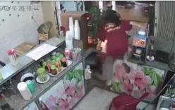 Phát hiện trộm xe máy, cô gái trẻ phi thân qua quầy hàng giật lại
