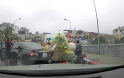 Quay đầu ô tô giữa cầu không được, nữ tài xế lớn tiếng chửi bới do không ai nhường
