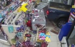 Trộm táo tợn dùng xe tải tông sập cửa hàng, cướp máy ATM
