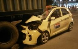 Taxi tông đuôi container, đầu xe bẹp dúm, tài xế tử vong tại chỗ