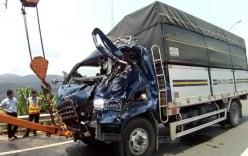 Xe tải lao vào trạm BOT, tài xế tử vong mắc kệt trong cabin