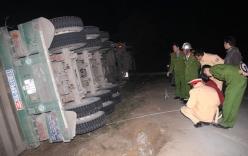 Tin tức TNGT mới nhất hôm nay 4/2/2018: Xe container lật nghiêng đè chết 2 phụ nữ đi bộ