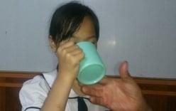 Cô giáo bắt học trò uống nước