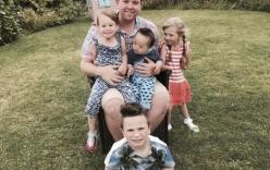 Người cha đồng tính nhận nuôi 4 con khuyết tật suốt 10 năm: