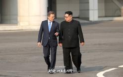 Hội nghị liên Triều: Ông Moon tận tay tặng USB đặc biệt cho ông Kim Jong-un lúc dạo bộ