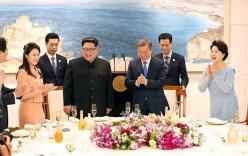 Ông Kim Jong-un nhẹ nắm tay vợ, nhường phu nhân Hàn Quốc đi trước trong hội nghị thượng đỉnh