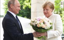 Tổng thống Putin gây tranh cãi khi tặng hoa cho Thủ tướng Merkel